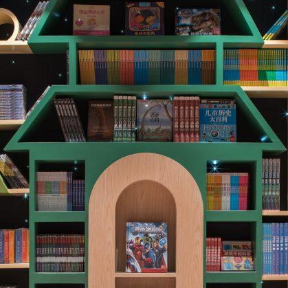 Una ilusión óptica fluye en la librería 23