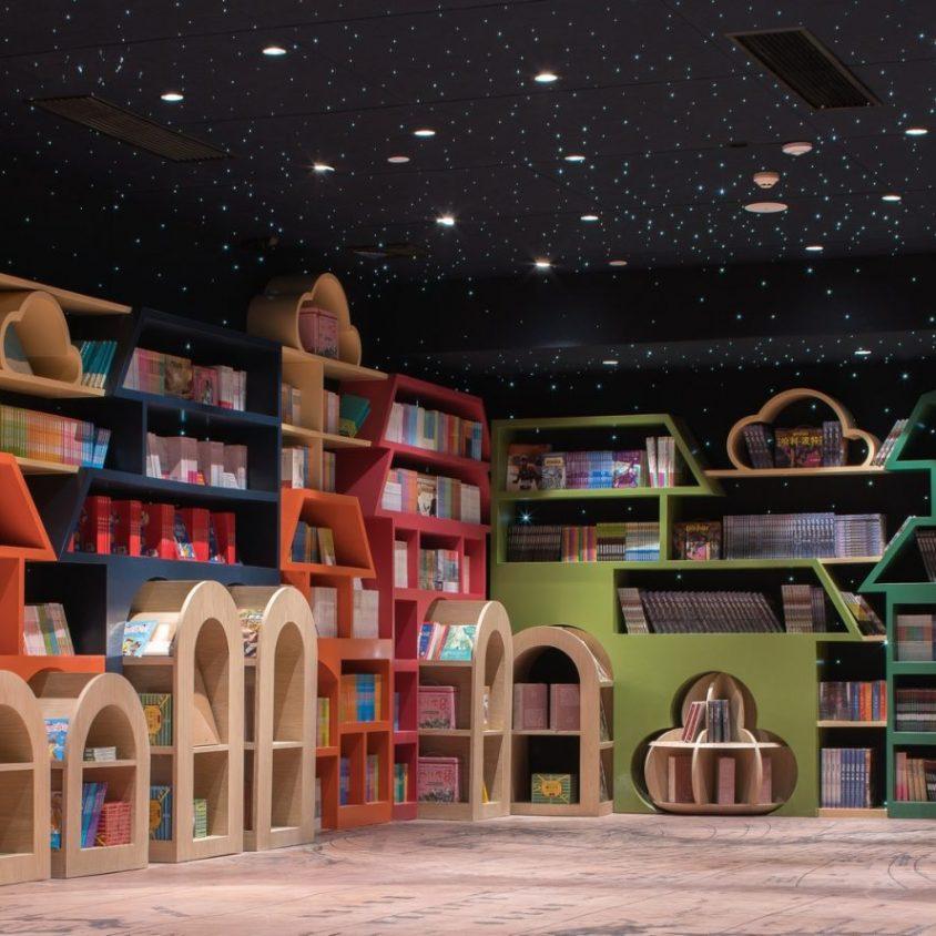 Una ilusión óptica fluye en la librería 21