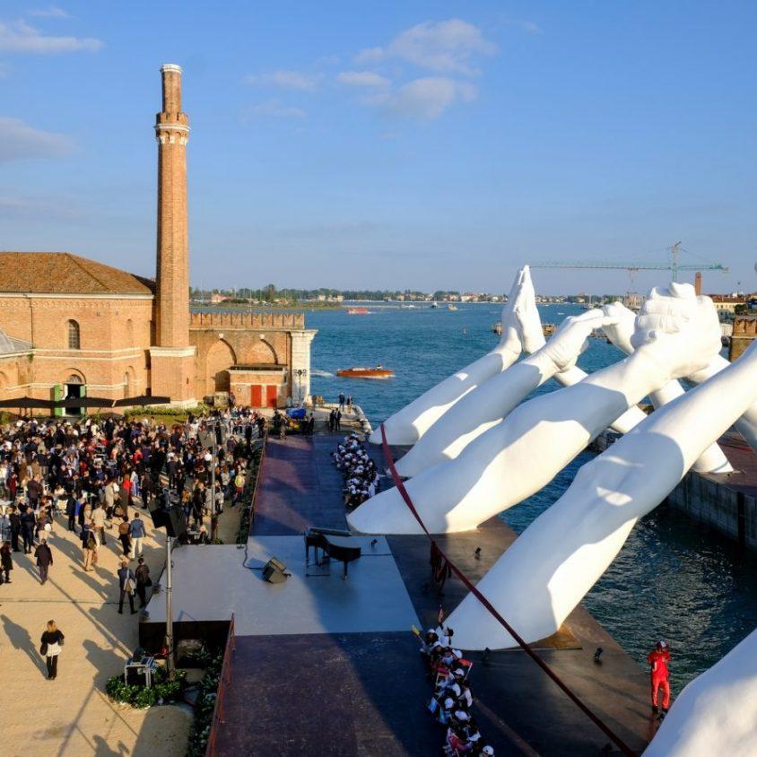 El escultural puente de manos de Lorenzo Quinn 7