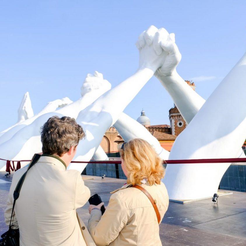 El escultural puente de manos de Lorenzo Quinn 10
