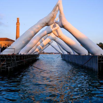 El escultural puente de manos de Lorenzo Quinn 11