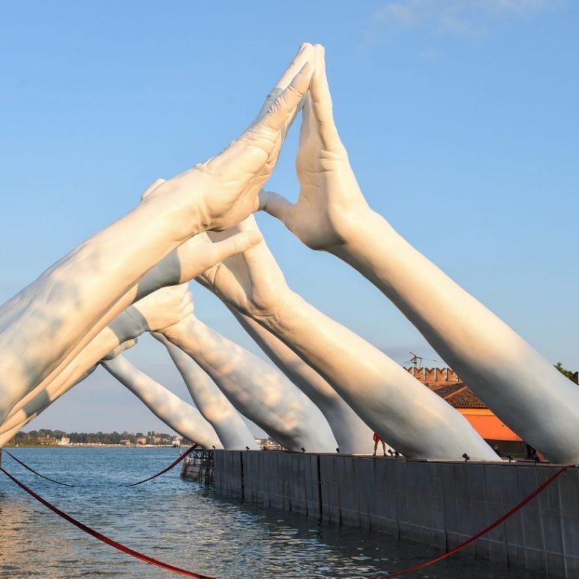 El escultural puente de manos de Lorenzo Quinn 15