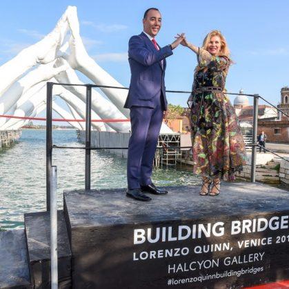 El escultural puente de manos de Lorenzo Quinn 3