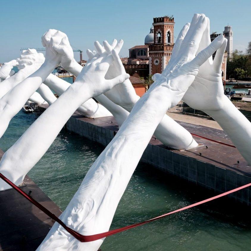 El escultural puente de manos de Lorenzo Quinn 14