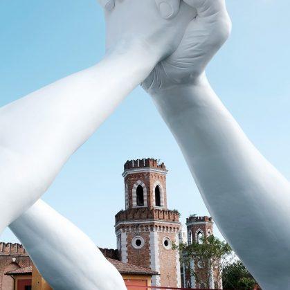 El escultural puente de manos de Lorenzo Quinn 12