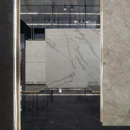 El pabellón de placas porcelánicas 14