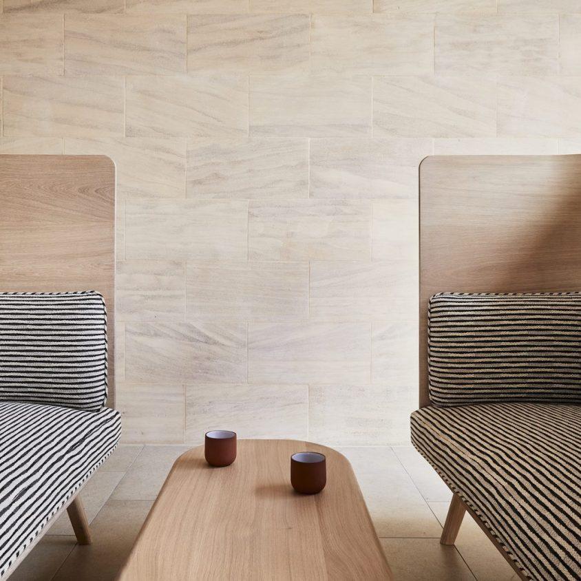 Muebles con diseño sostenible en Benchmark 7