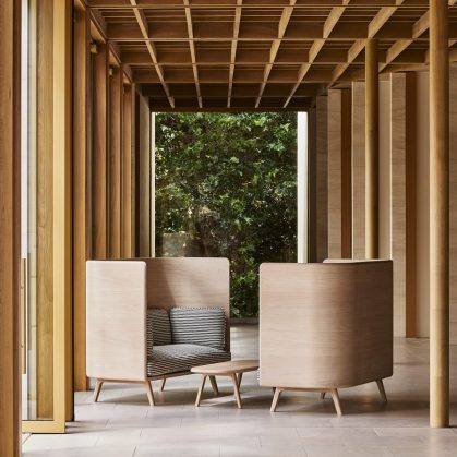 Muebles con diseño sostenible en Benchmark 8