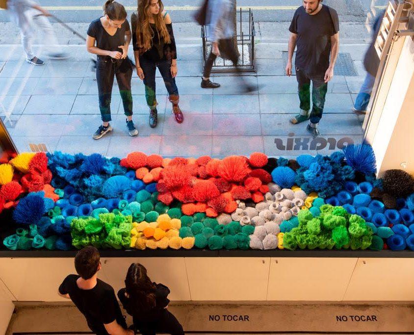 La naturaleza del mar representada por plástico reciclado 7