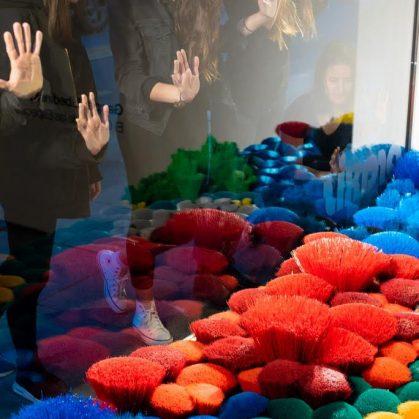 La naturaleza del mar representada por plástico reciclado 12