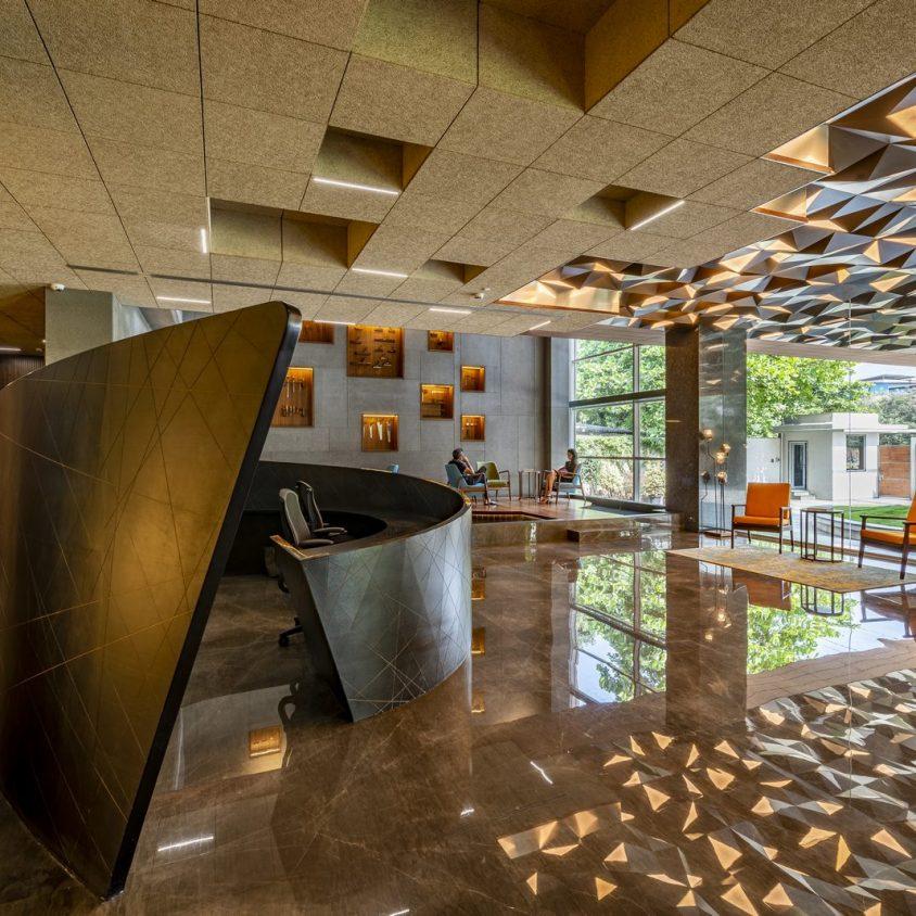 Las formas elípticas y la iluminación distinguen las oficinas de Narsi 1