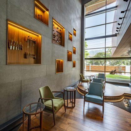 Las formas elípticas y la iluminación distinguen las oficinas de Narsi 2