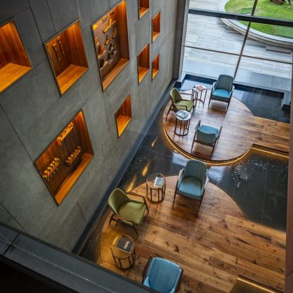 Las formas elípticas y la iluminación distinguen las oficinas de Narsi 3