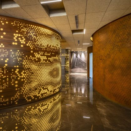 Las formas elípticas y la iluminación distinguen las oficinas de Narsi 10