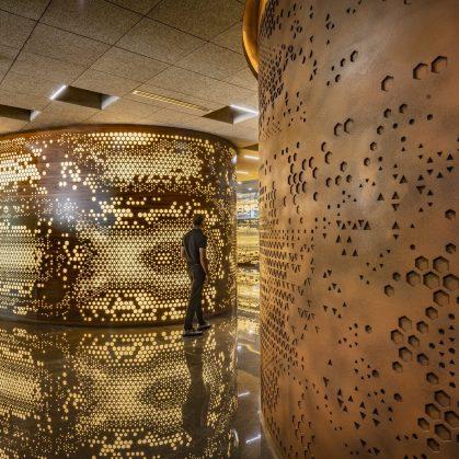 Las formas elípticas y la iluminación distinguen las oficinas de Narsi 9