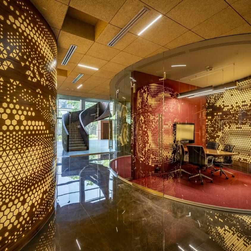 Las formas elípticas y la iluminación distinguen las oficinas de Narsi 8