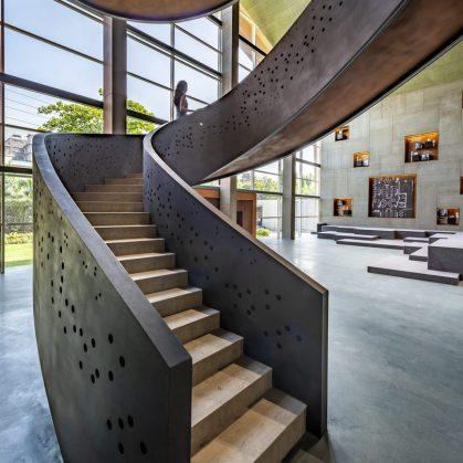 Las formas elípticas y la iluminación distinguen las oficinas de Narsi 6