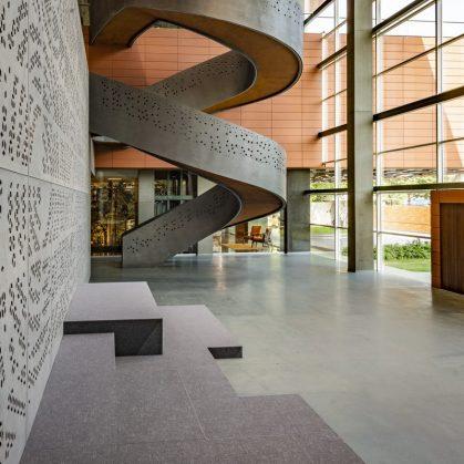 Las formas elípticas y la iluminación distinguen las oficinas de Narsi 5