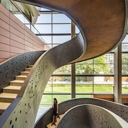 Las formas elípticas y la iluminación distinguen las oficinas de Narsi 7