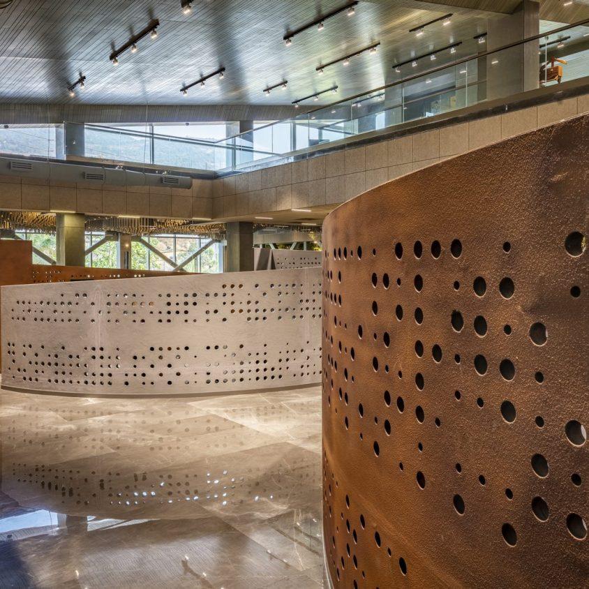 Las formas elípticas y la iluminación distinguen las oficinas de Narsi 13