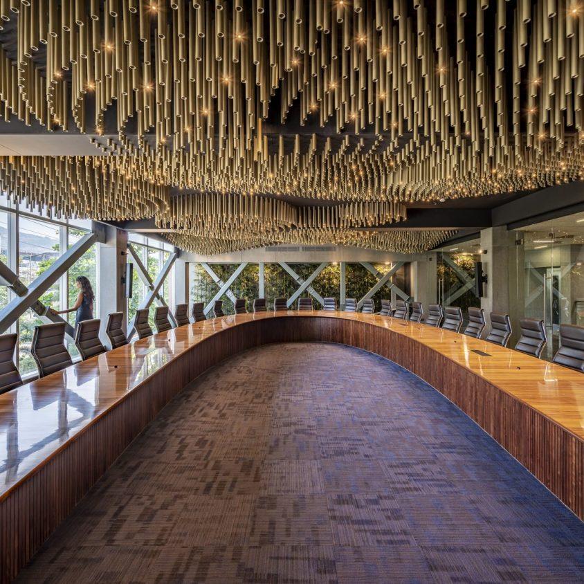 Las formas elípticas y la iluminación distinguen las oficinas de Narsi 15