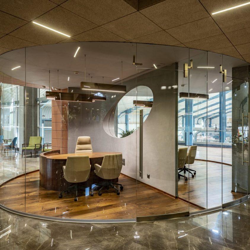 Las formas elípticas y la iluminación distinguen las oficinas de Narsi 14