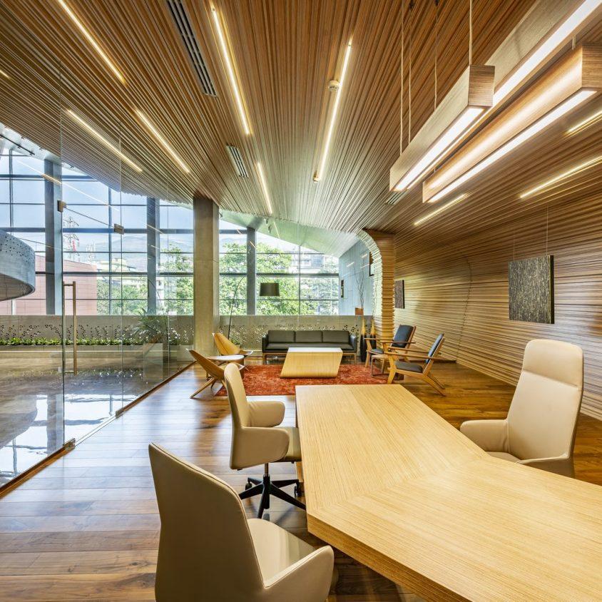 Las formas elípticas y la iluminación distinguen las oficinas de Narsi 12