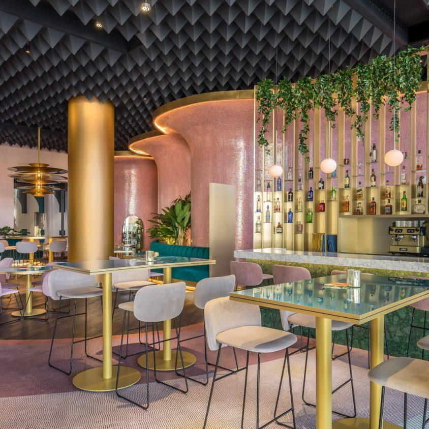 Curvas y colores en el Hotel Barceló Málaga 15