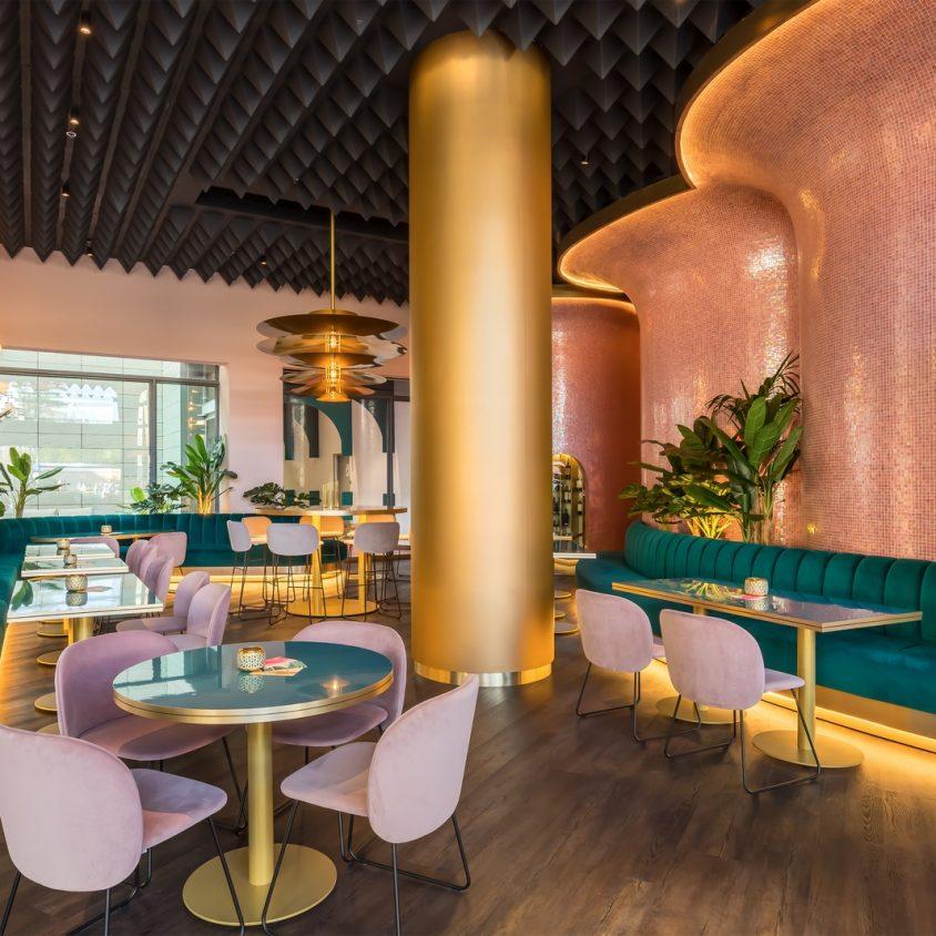 Curvas y colores en el Hotel Barceló Málaga 17