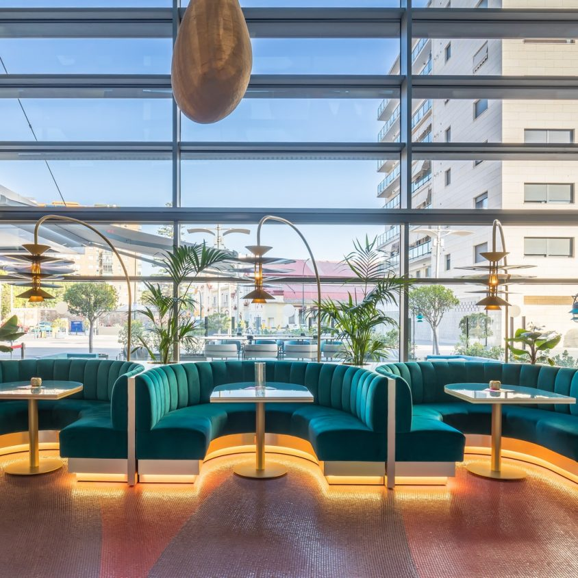 Curvas y colores en el Hotel Barceló Málaga 11