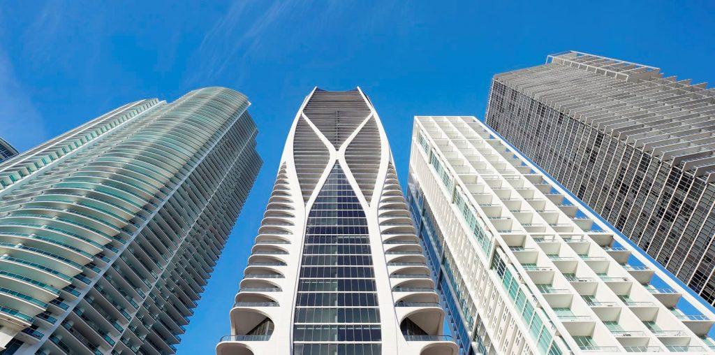 Fluidez entre arquitectura e ingeniería en las curvas de One Thousand Museum 8