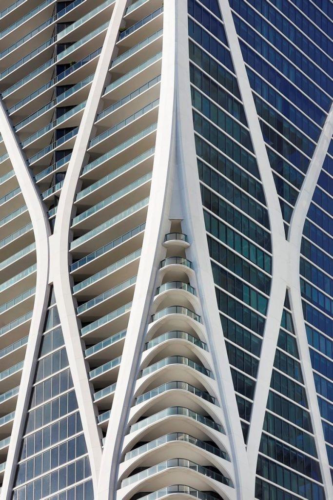 Fluidez entre arquitectura e ingeniería en las curvas de One Thousand Museum 10