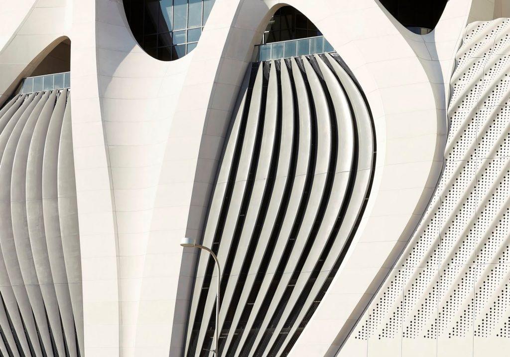Fluidez entre arquitectura e ingeniería en las curvas de One Thousand Museum 11