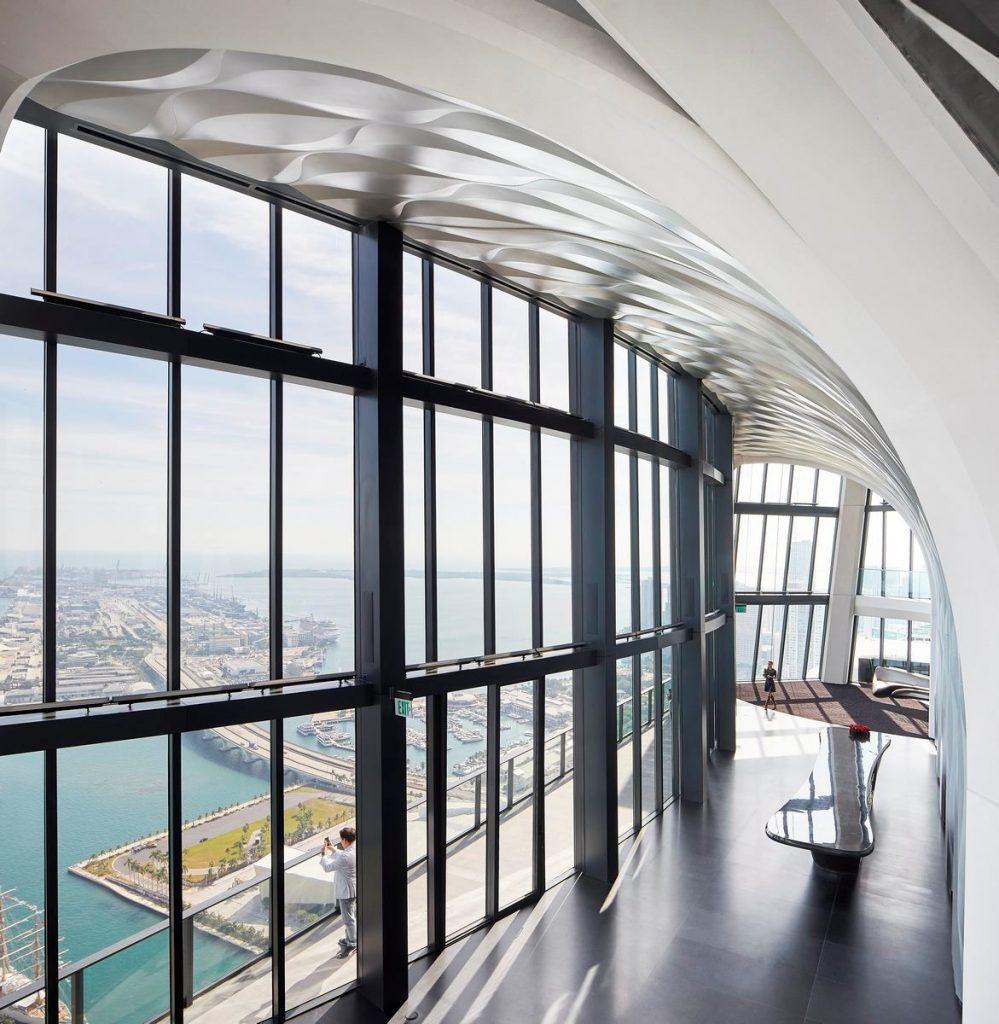 Fluidez entre arquitectura e ingeniería en las curvas de One Thousand Museum 16