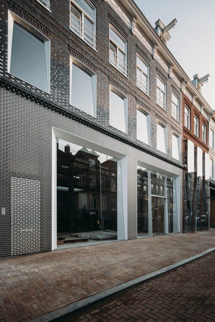 Ondulaciones y pixeles en vidrio conectan la moda y la arquitectura en la calle Hooftstraat, Amsterdam 2