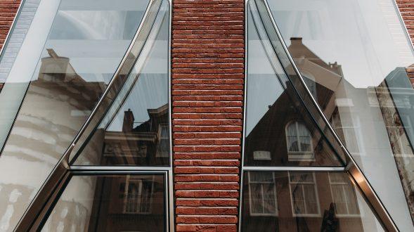 Ondulaciones y pixeles en vidrio conectan la moda y la arquitectura en la calle Hooftstraat, Amsterdam 19
