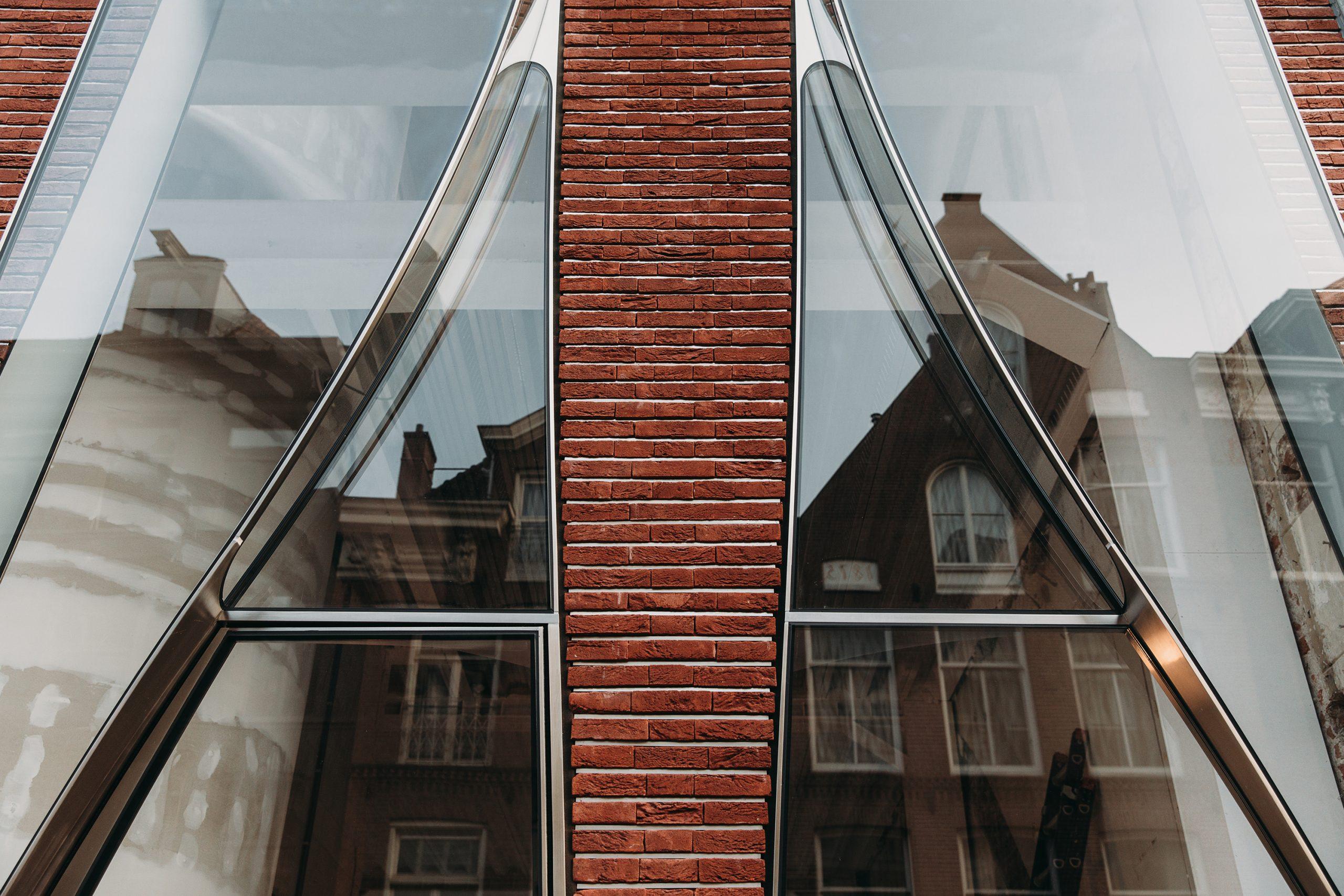 Ondulaciones y pixeles en vidrio conectan la moda y la arquitectura en la calle Hooftstraat, Amsterdam 13