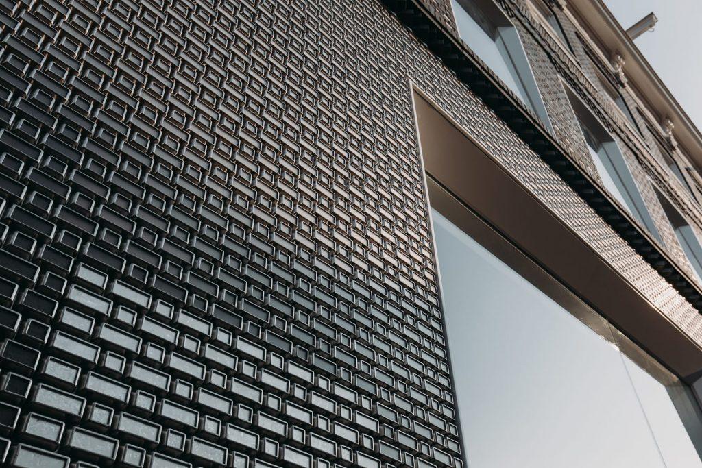 Ondulaciones y pixeles en vidrio conectan la moda y la arquitectura en la calle Hooftstraat, Amsterdam 4