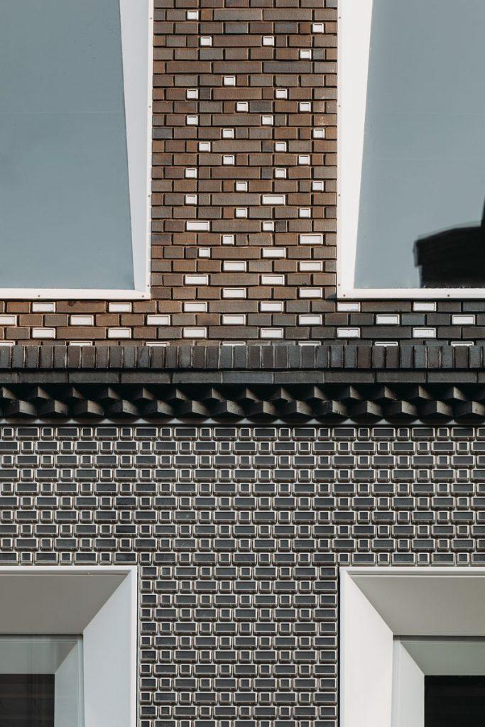 Ondulaciones y pixeles en vidrio conectan la moda y la arquitectura en la calle Hooftstraat, Amsterdam 6