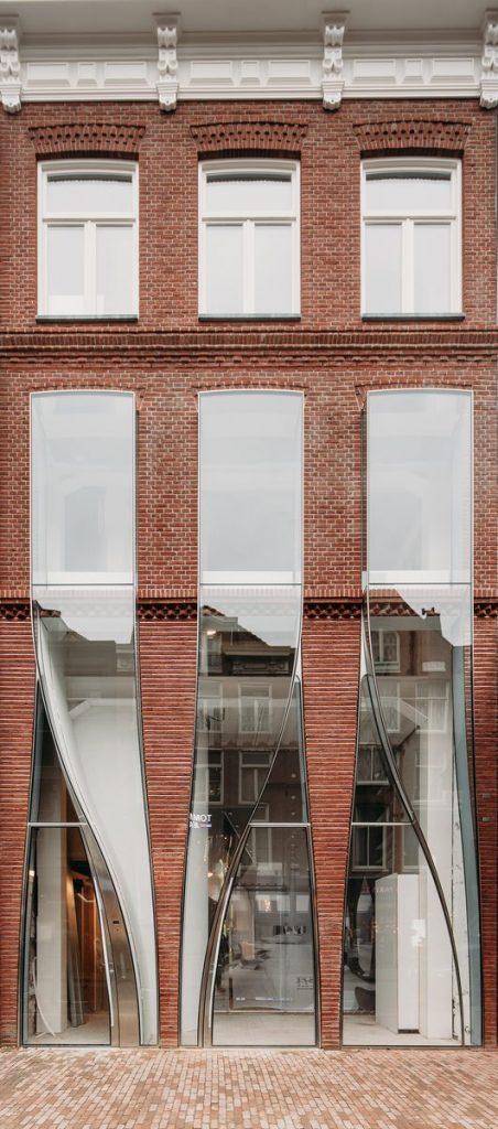 Ondulaciones y pixeles en vidrio conectan la moda y la arquitectura en la calle Hooftstraat, Amsterdam 1