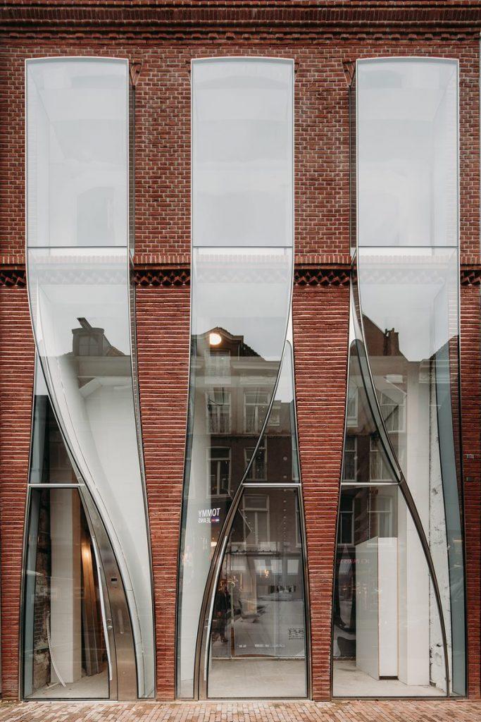 Ondulaciones y pixeles en vidrio conectan la moda y la arquitectura en la calle Hooftstraat, Amsterdam 11