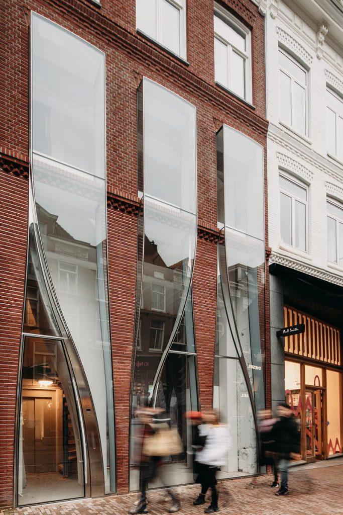 Ondulaciones y pixeles en vidrio conectan la moda y la arquitectura en la calle Hooftstraat, Amsterdam 3