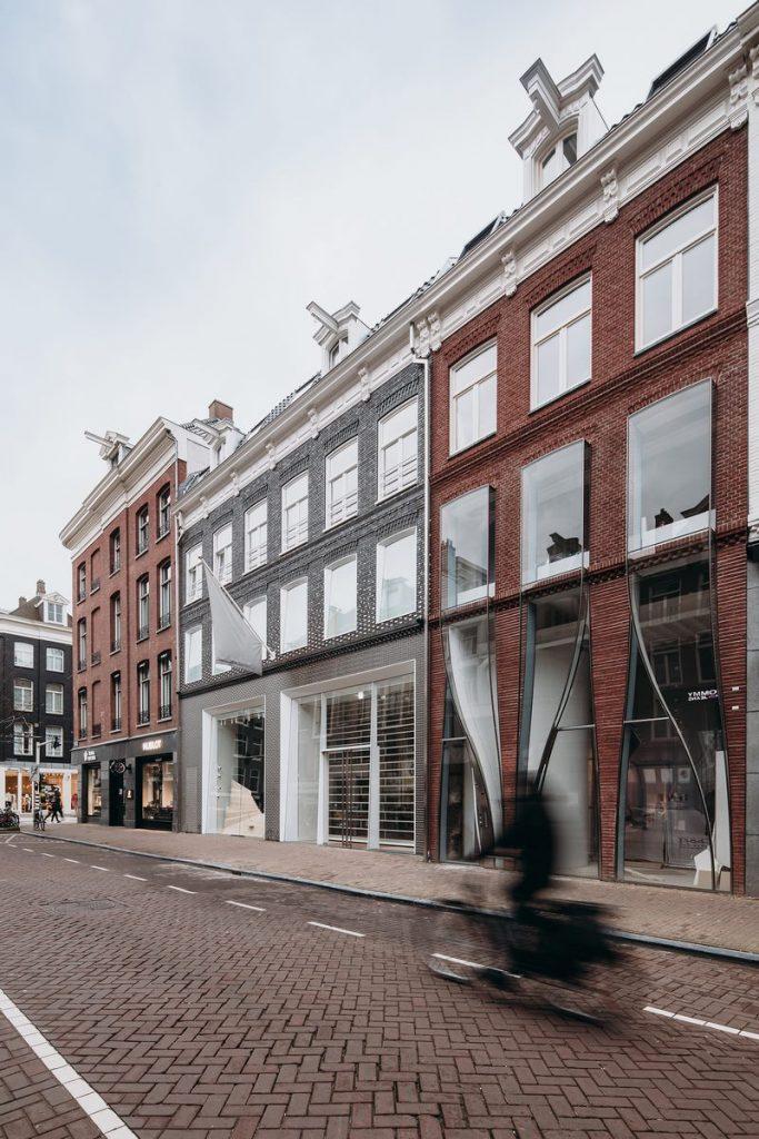 Ondulaciones y pixeles en vidrio conectan la moda y la arquitectura en la calle Hooftstraat, Amsterdam 12