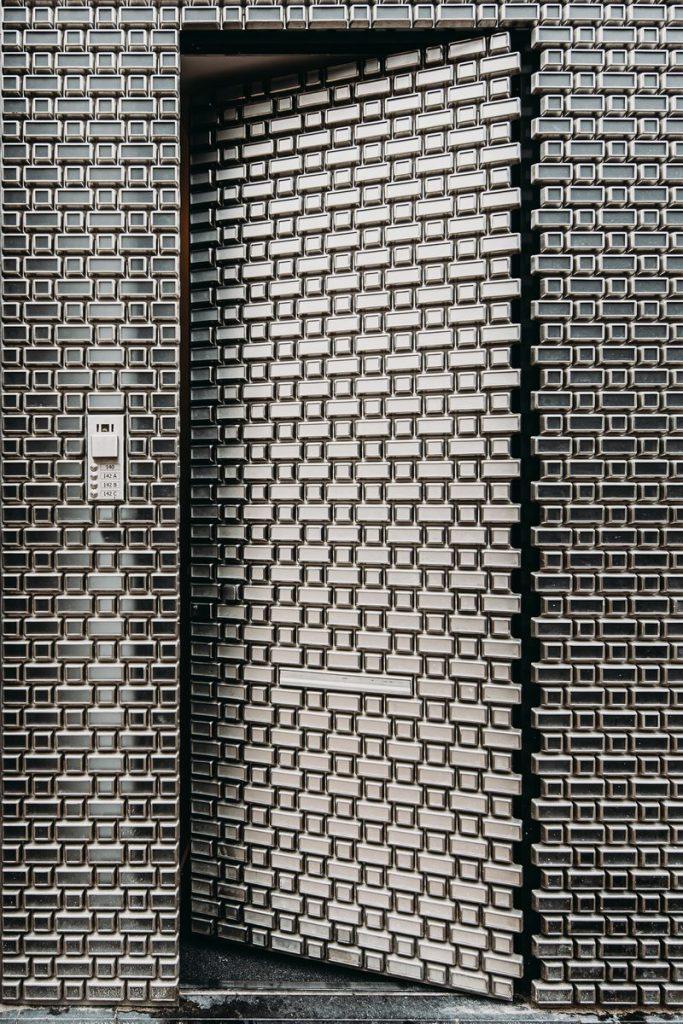 Ondulaciones y pixeles en vidrio conectan la moda y la arquitectura en la calle Hooftstraat, Amsterdam 5