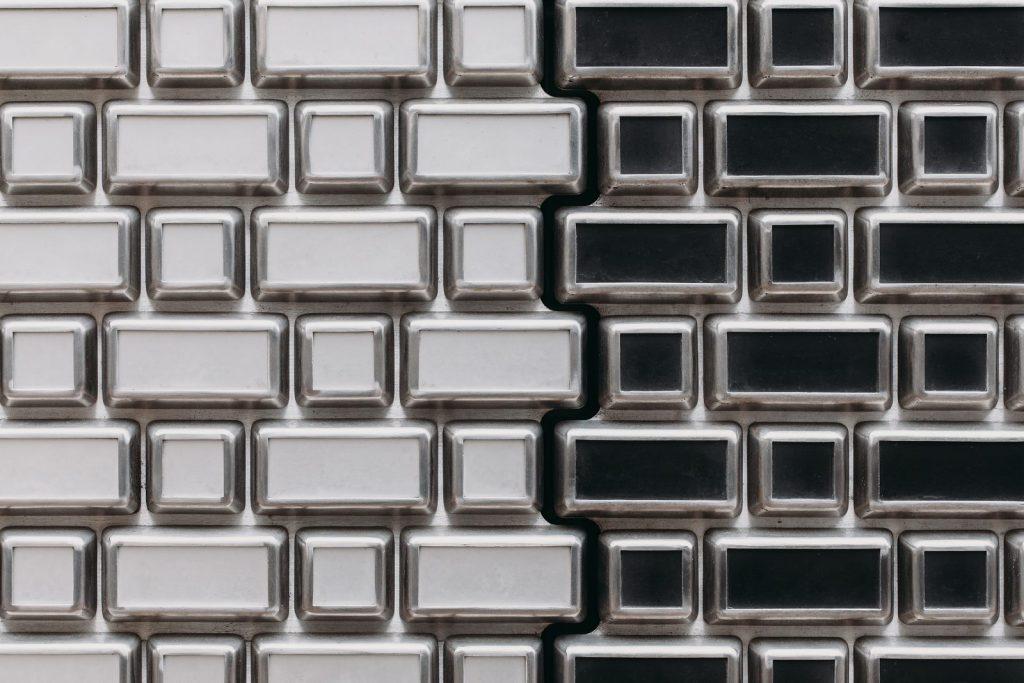 Ondulaciones y pixeles en vidrio conectan la moda y la arquitectura en la calle Hooftstraat, Amsterdam 7