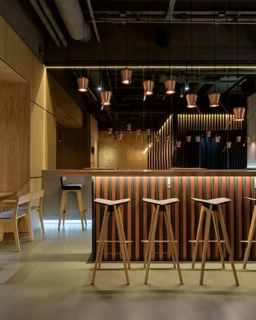 Los interiores dinámicos y modernos de TAKAVA 2.0 seguramente te harán pensar en el café 2