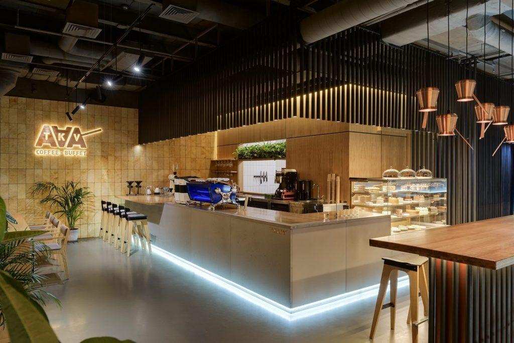 Los interiores dinámicos y modernos de TAKAVA 2.0 seguramente te harán pensar en el café 5