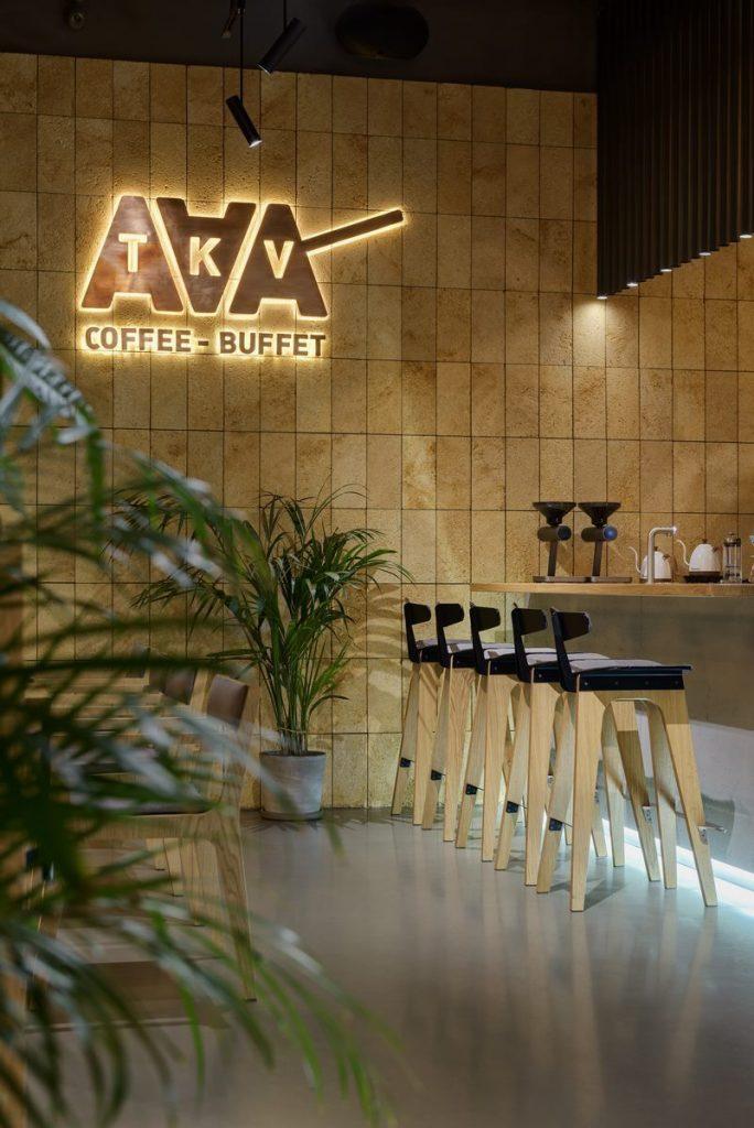 Los interiores dinámicos y modernos de TAKAVA 2.0 seguramente te harán pensar en el café 11