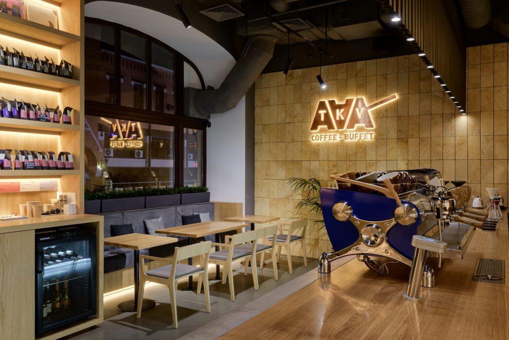 Los interiores dinámicos y modernos de TAKAVA 2.0 seguramente te harán pensar en el café 12