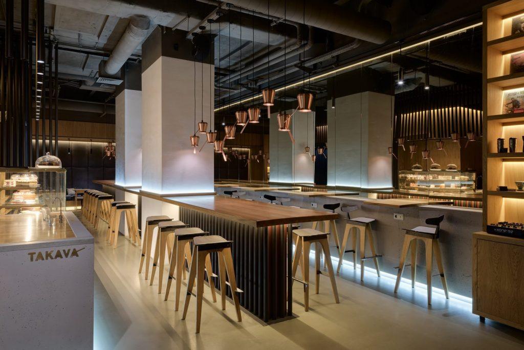 Los interiores dinámicos y modernos de TAKAVA 2.0 seguramente te harán pensar en el café 13